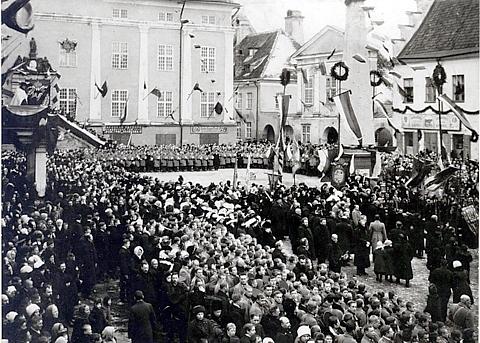 Благодарственный молебен на площади перед ратушей 21 февраля 1913 года